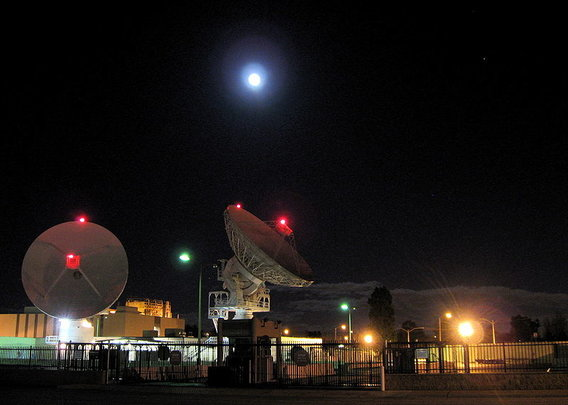 Radio_telescopes_front_and_the_moon