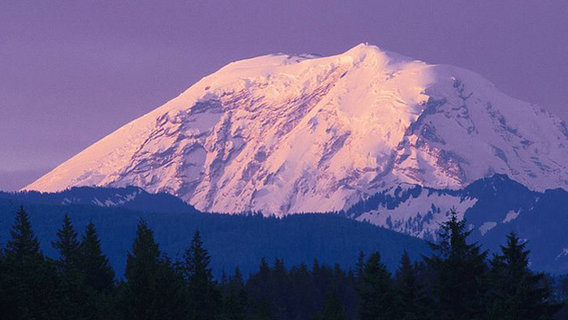 Snow-covered_peak_mount_rainier_washington