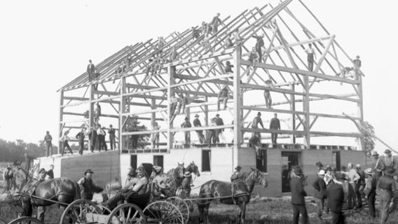 File_barn_raising_-_leckie_s_barn_completed_in_frame.jpg_-_wikimedia_commons