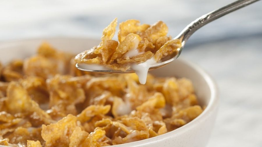 Cereal_bowl_and_milk