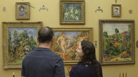 Eos_renoir_-_revered_and_reviled_two_people_in_front_of_paintings_%ce%93%c3%aa%c3%85_exhibition_on_screen