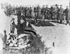 Wounded_knee_burying_the_dead