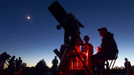 Amateur-astronomers-at-night